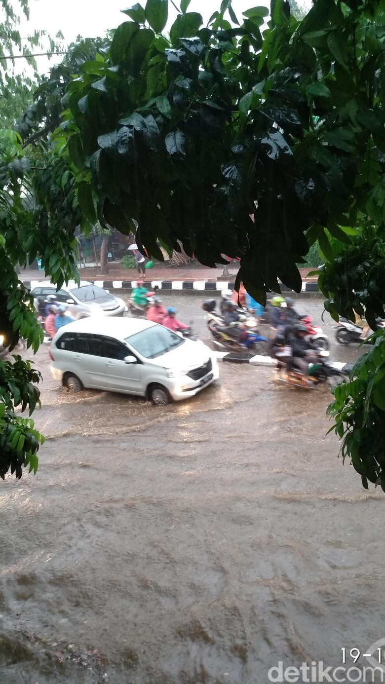 Hujan Deras, Jalan di Depan Stasiun Tanjung Barat Tergenang