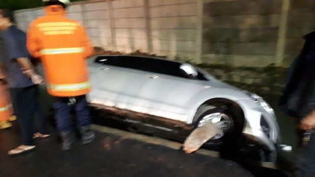 Mobil tersebut diduga terperosok saat hujan deras