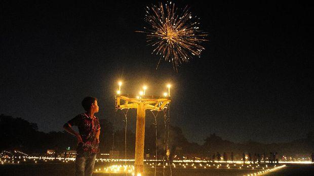 Diwali adalah sebuah festival yang dianggap penting oleh pemeluk Hindu di India. Diwali juga bisa diartikan sebagai Festival Cahaya.