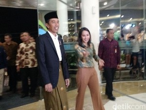 Bersarung, Jokowi Sambangi Mal di Mataram