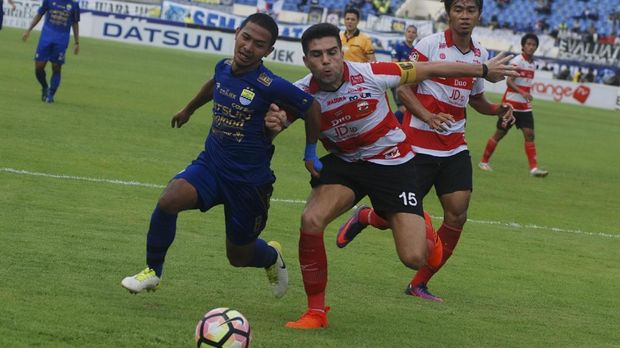 Fabiano Beltrame mencetak gol ke gawang Persija.