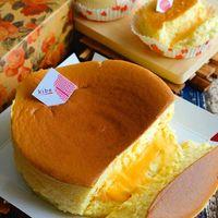 Cheesecake lembut dengan isian saus telur asin yang nikmat.