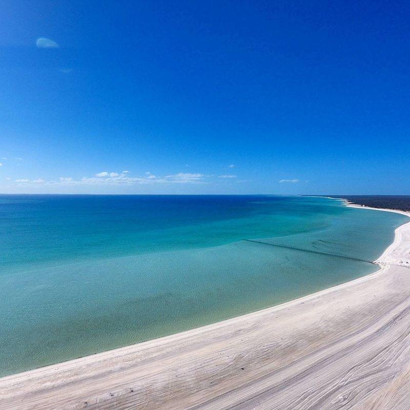 Terletak di Shark Bay Road, Francois National Park, Australia, pantai ini bernama Shell Beach. Tepi pantainya berisi ribuan kulit kerang yang terlihat seperti pasir putih (Instagram/samsonanddelilah.au)