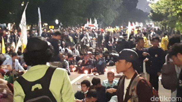 Massa mahasiswa belum membubarkan diri meski polisi sudah mengimbau karena sudah melewati batas waktu