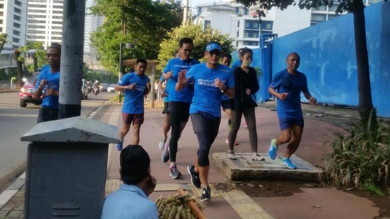 Lari ke Monas, Sandiaga Temukan Lebih dari 100 Lubang di Trotoar