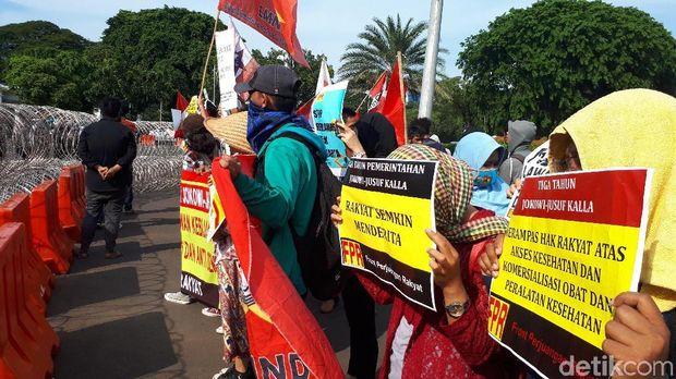 Mahasiswa yang demo di depan Istana Merdeka ada dalam barisan berbeda dengan massa buruh