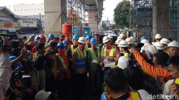 Anies dan Sandiaga tinjau proyek MRT /