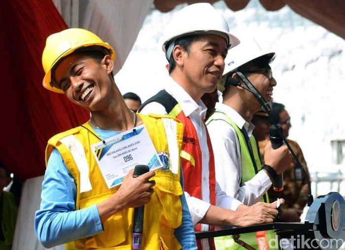 Jokowi melihat proses Sertifikasi Tenaga Kerja Konstruksi di Stadion Utama Gelora Bung Karno, Jakarta, Kamis (19/10). Pool/Kementerian PUPR.