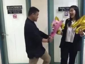 So Sweet! Calon Suami Beri Bunga ke Kahiyang Usai Sidang Tesis