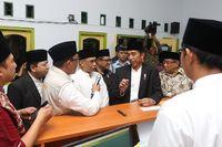 Presiden Joko Widodo (Jokowi) meresmikan Lembaga Keuangan Mikto Syariah 'Bank Wakaf Mikro' di Pesantren KHAS Kempek Cirebon.