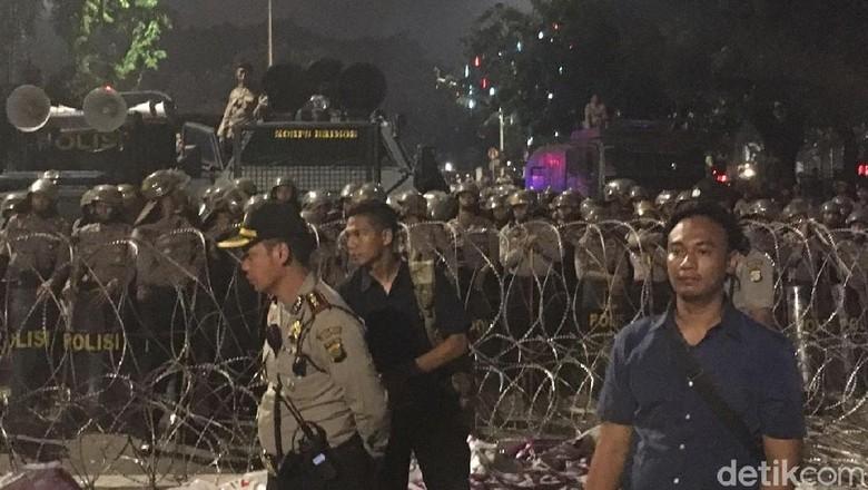 Massa Masih Bertahan di Depan Istana, Polisi Siagakan Water Cannon