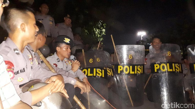 Dampingi Massa di Depan Istana, Polisi Zikir Bersama
