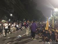 Massa Masih Bertahan di Depan Istana, Polisi Siagakan Water Canon