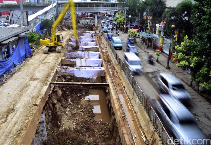 Persimpangan Matraman merupakan jalur sibuk yang menghubungkan Jalan Matraman Raya, Jalan Pramuka, dan Jalan Salemba Raya atau menjadi rute penghubung Jakarta Timur, Jakarta Selatan, dan Jakarta Pusat.