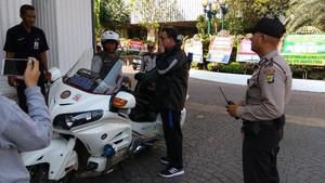 Tiba di Balai Kota, Anies Naik Motor Patwal dan Bercelana Training