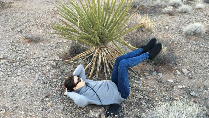 Petinju cantik ini seperti tak ada waktu untuk tidak berlatih. Saat berlibur ke Grand Canyon AS pun disempatkannya sit up (Dok. tomomitakano7/Instagram)