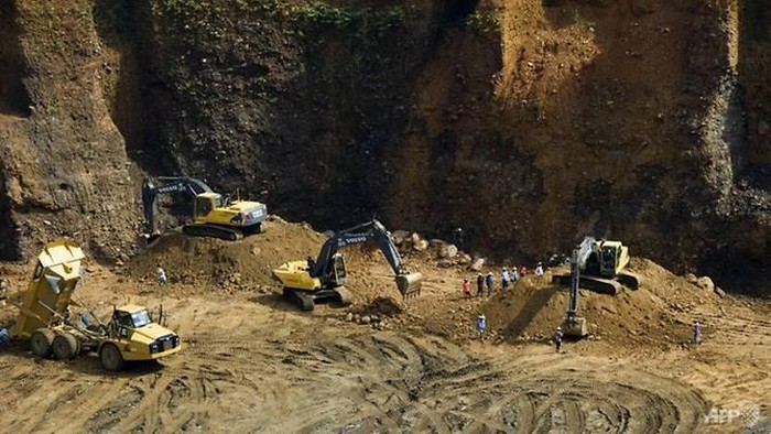 This photo taken on Oct 4, 2015 show heavy earth moving equipment working at a jade mine in Hpakant, Myanmars Kachin State. (Photo: AFP/  Ye Aung Thu)  Read more at http://www.channelnewsasia.com/news/asiapacific/5-dead-after-myanmar-police-clash-with-jade-scavengers-9327520