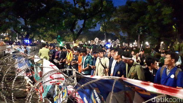 Massa bergandengan tangan, masih demo 3 tahun pemerintahan Jokowi-JK