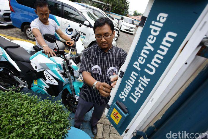 Pengguna motor listrik mengisi ulang kendaraan di SPLU Beji Lintar kantor PLN Kramatjati, Jakarta Timur (20/10/2017).