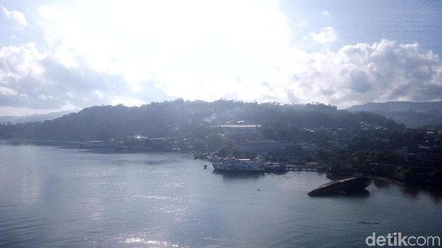Panorama indah dari atas Jembatan Merah Putih (Syanti/detikTravel)