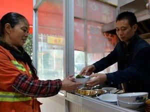 Hebat! Gerai Mie Ini Sudah Beri Lebih dari 20.000 Sarapan Gratis untuk Tukang Sapu Jalanan