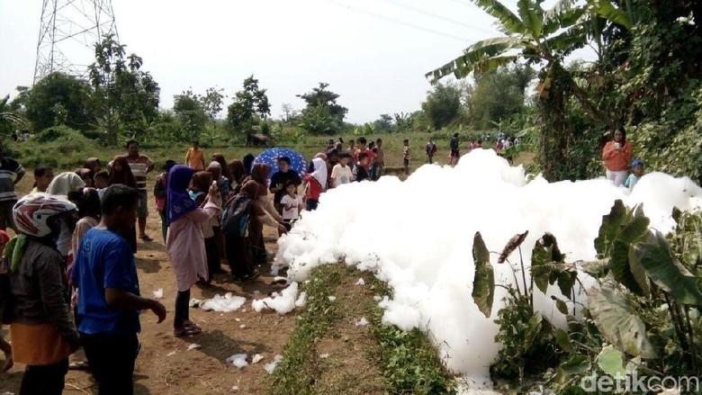 Polisi Ambil Sampel Gelembung Busa Raksasa Misterius di Jepara