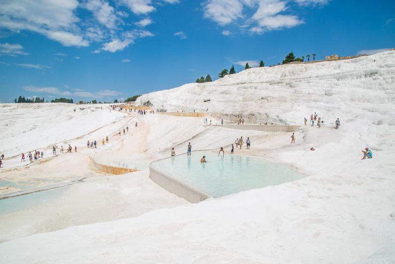 Adalah Pamukkale, sebuah kawasan dengan kolam unik yang dapat dibuat untuk relaksasi. Pemandian ini sudah ada sejak zaman romawi (Seek The World)