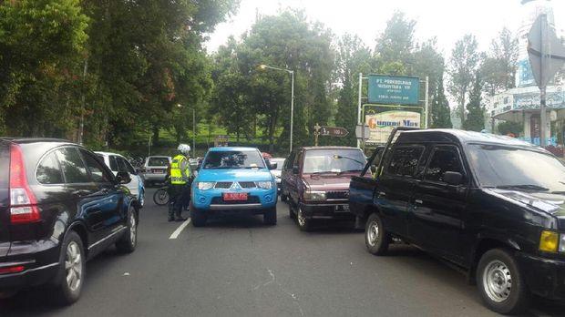 Kepadatan kendaraan di Lalin Puncak