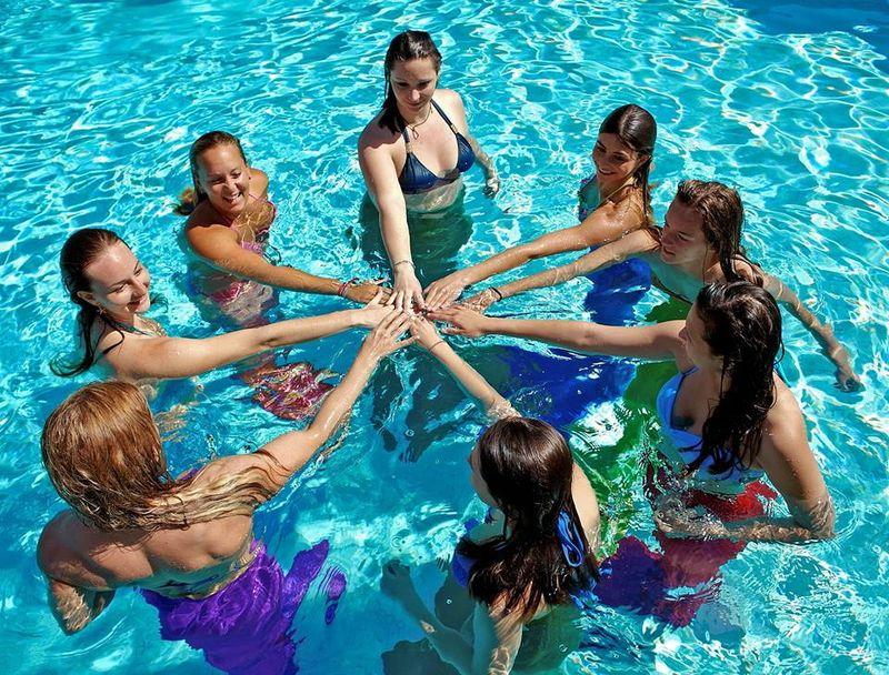 Adalah Aquamermaid, sebuah tempat kursus yang khusus mengajarkan para peserta untuk belajar berenang seperti putri duyung (Facebook/Aquamermaid)