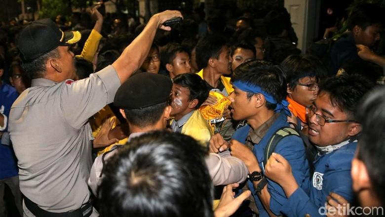 2 Mahasiswa Ditahan Terkait Demo di Depan Istana, 12 Wajib Lapor