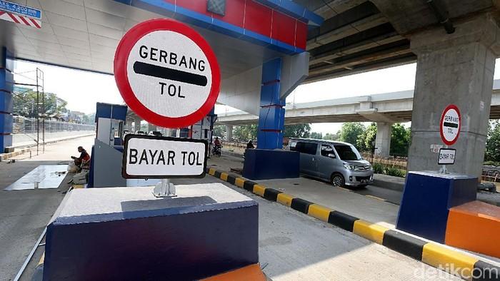 Pembangunan gerbang tol Becakayu hampir rampung. Hanya beberapa bagian saja yang tengah dikerjakan.