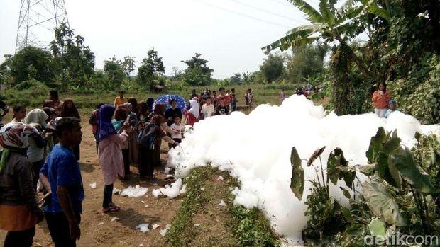 Gelembung busa raksasa di Jepara.