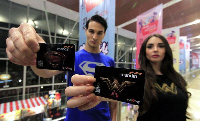 Kartu e-money kini hadir dengan menampilkan 12 logo super heroes seperti Superman, Batman dan Wonder Woman.Foto: dok. Mandiri