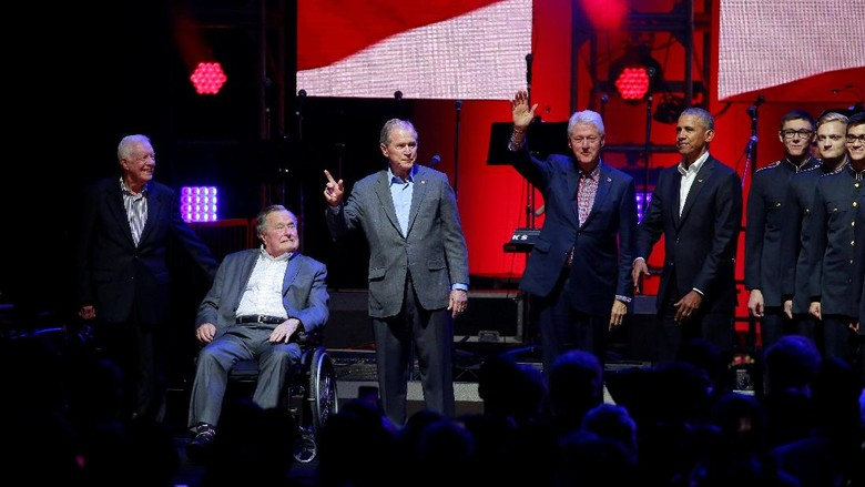 Bush Dorong Bush, 5 eks Presiden AS Bertemu dalam 1 Panggung