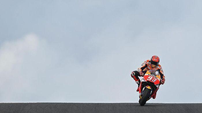 Marc Marquez bersiasat untuk lepas dari Andrea Iannone di MotoGP Australia  (Getty Images)