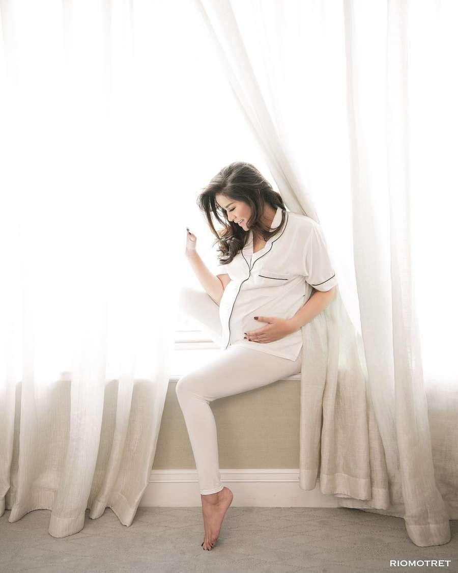 Sexy in Piama, Olla Ramlan Pamer Foto Maternity