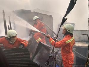 Melihat Aksi Pemadam di Kebakaran Warung Bakso di Mampang