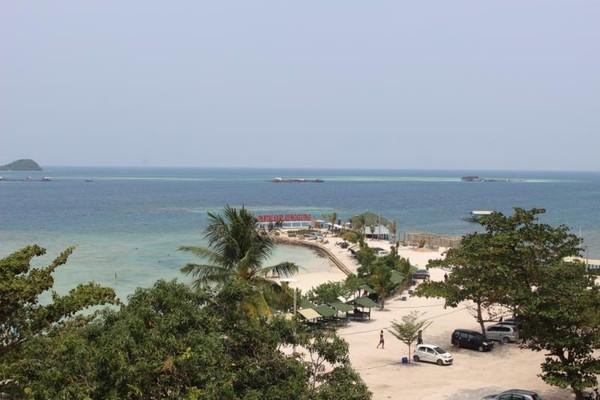 Banyak pantai yang bisa dikunjungi di Lampung, salah satunya adalah pantai ini. Hamparan pasir purtih dan bukit-bukit hijau membuatnya menjadi pantai yang populer dikalangan wisatawan. (Brigida Emi Lillia/dTraveler)
