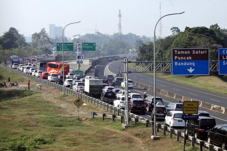 Jalanan menuju Puncak Bogor Foto: ANTARA FOTO/Yulius Satria Wijaya/aww/17.