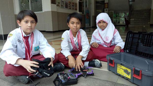 Para siswa dengan robotnya