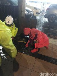 Aksi Wali Kota Risma Malam Ini Saat Surabaya Hujan Deras