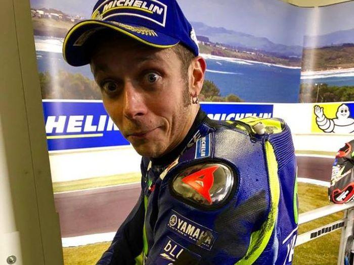 Baju Valentino Rossi terkena ban depan Marc Marquez