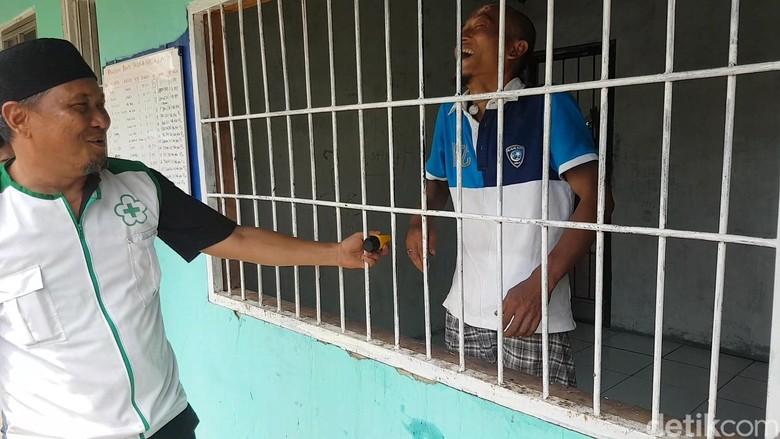 Begini Cara Deni Solang Sembuhkan Orang-orang Gila di Sukabumi