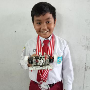 Fadhillah Ginting dengan robotnya
