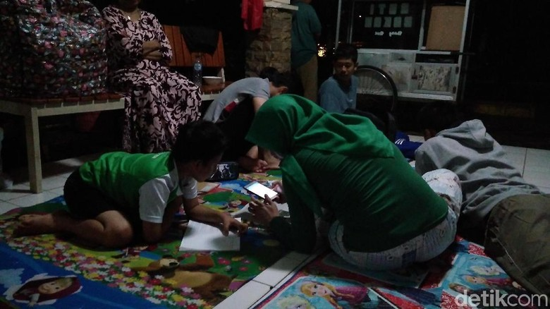 Anak-anak Tetap Belajar Meski Banjir Rendam Kawasan Kemang