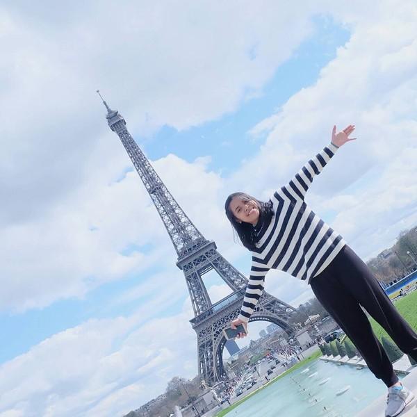Seperti berkunjung ke Menara Eiffel di Paris, Prancis. Gregoria berpose dengan latar menara ikonik tersebut (greegoriaa/Instagram)