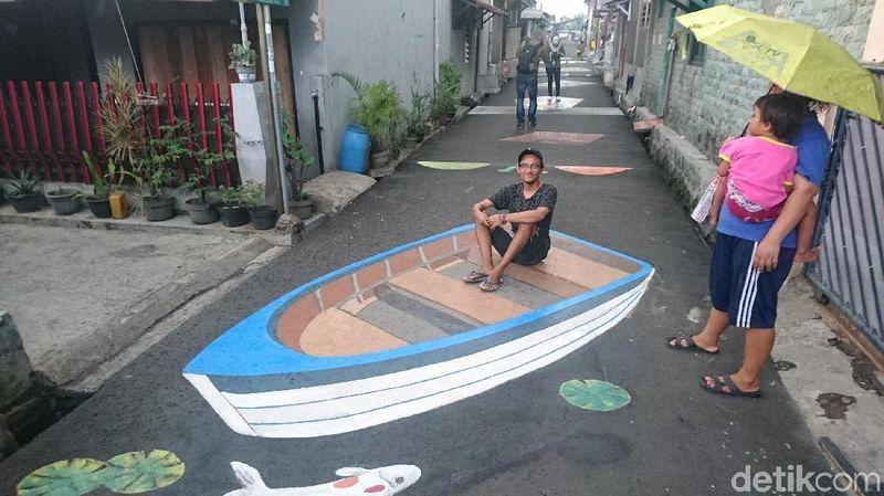 Adalah karang taruna dari Jalan Danau Tondano, RW 3, Kelurahan Sukma Jaya, Depok yang mengerjakannya. Salah seorang warga melihat traveler berpose di lukisan kapal 3D (Ahmad Masaul Khoiri/detikTravel)