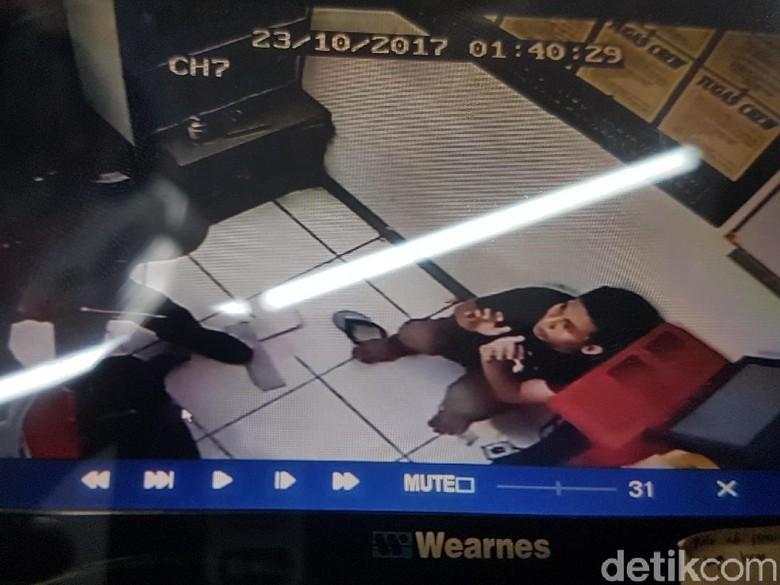 Aksi 4 Perampok Bercelurit di Minimarket Serang Terekam CCTV