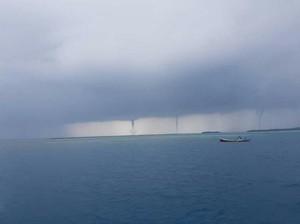 Kagetkan Warga, 3 Tornado Waterspout Muncul di Kepulauan Seribu