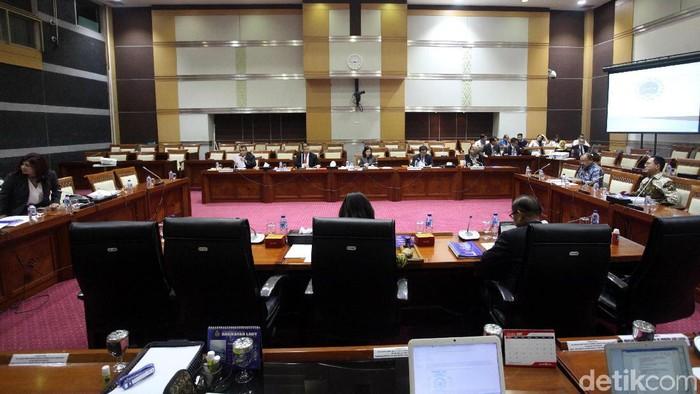 Komisi I DPR menggelar uji kelayakan dan kepatutan 18 calon duta besar RI untuk berbagai negara. Dari 18 nama, ada praktisi hukum Todung Mulya Lubis.